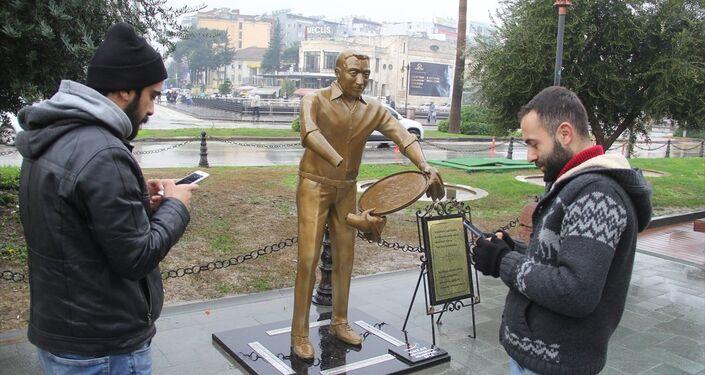 Hatay'da 'künefe çeviren adam' heykelinin elleri kırıldı