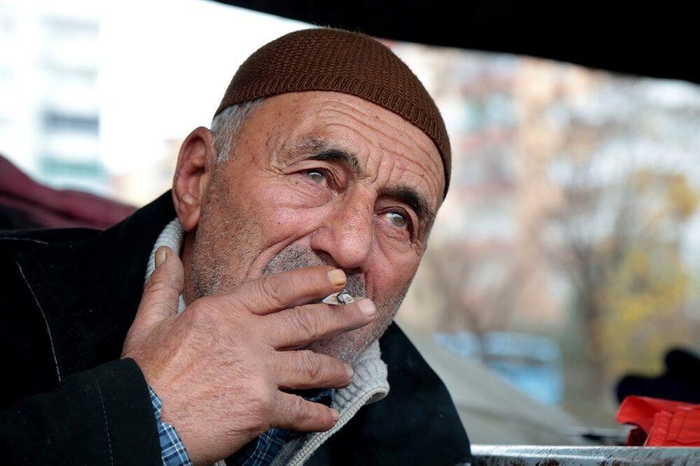 Eşiyle birlikte tezgah açan Mehmet Karaköse