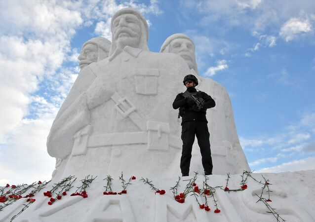 Kars'ın Sarıkamış ilçesinde, Sarıkamış Harekatı'nın 104. yılı anma etkinlikleri kapsamında yapılan kardan şehit heykellerine, yerli yabancı çok sayıda kişi yoğun ilgi gösterdi.