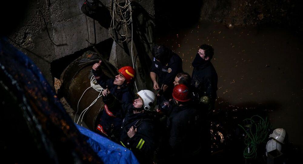 Bursa'da, altyapı çalışması sırasında kanalizasyon borusu içinde çalışırken gazdan etkilenen 6 işçiden 5'i çıkarıldı, bir kişiye ulaşma çalışmaları devam ediyor.