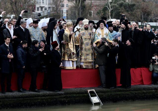 Fener Rum Patrikhanesi'nde düzenlenen haç çıkarma töreni