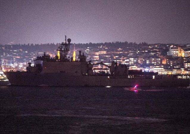 ABD Deniz Kuvvetleri'ne ait 186 metre uzunluğunda ki, USS Fort McHenry (LSD-43) adlı savaş gemisi, İstanbul Boğazı'ndan geçerek Karadeniz'e açıldı.