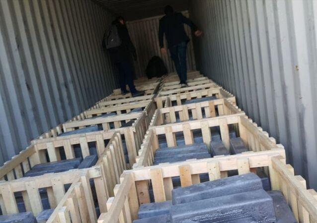 Türk ve Yunan narkotik polislerince Yunanistan'ın Pire Limanı'nda düzenlenen operasyonda, bir konteynerde çok miktarda uyuşturucu hap ele geçirildi.