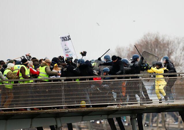 Paris'in Leopold-Sedar-Senghor Köprüsü'nde Sarı Yelekler eylemcilerini sıkıştıran güvenlik gücü mensuplarını eski şampiyon boksör Christophe Dettinger fena halde dövdü. Polisle jandarmayı yumruklarıyla geri püskürtmekle kalmayıp yere düşen bir tanesini de tekmeledi.