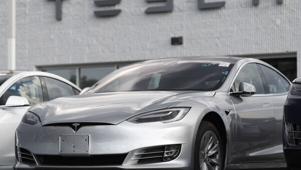 In this Sunday, July 8, 2018, photograph, 2018 Model 3 sedans sit on display outside a Tesla showroom in Littleton, Colo - Sputnik Türkiye