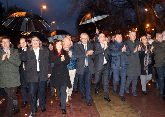 CHP Grup Başkanvekili Engin Özkoç, Genel Başkan Yardımcıları Veli Ağbaba ve Yıldırım Kaya'nın da aralarında bulunduğu 25 milletvekili, Tank Palet Fabrikası'nın özelleştirilmesi kararına tepki göstermek amacıyla Harb-İş Sendikası Sakarya Şubesi'ni ziyaret etti.