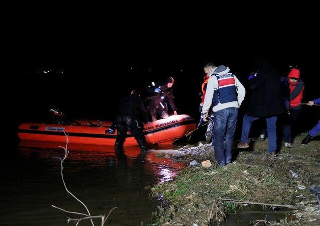 İzmir'in Torbalı ilçesindeki bir gölette, ördek avlamak isterken kayıkları batan 4 kişiden 2'si hayatını kaybetti, 1 kişi yaralı olarak kurtarıldı, 1 kişi ise kayboldu.