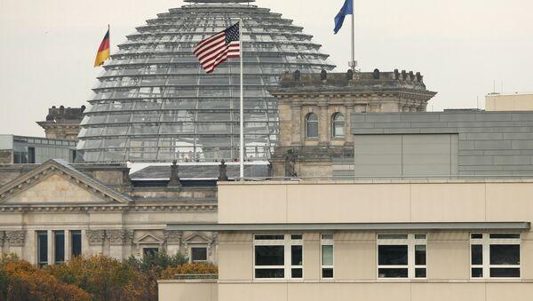 American flag flies on top of the U.S. embassy in front of the Reichstag building that houses the German Parliament, Bundestag, in Berlin, Germany (File) - Sputnik Türkiye