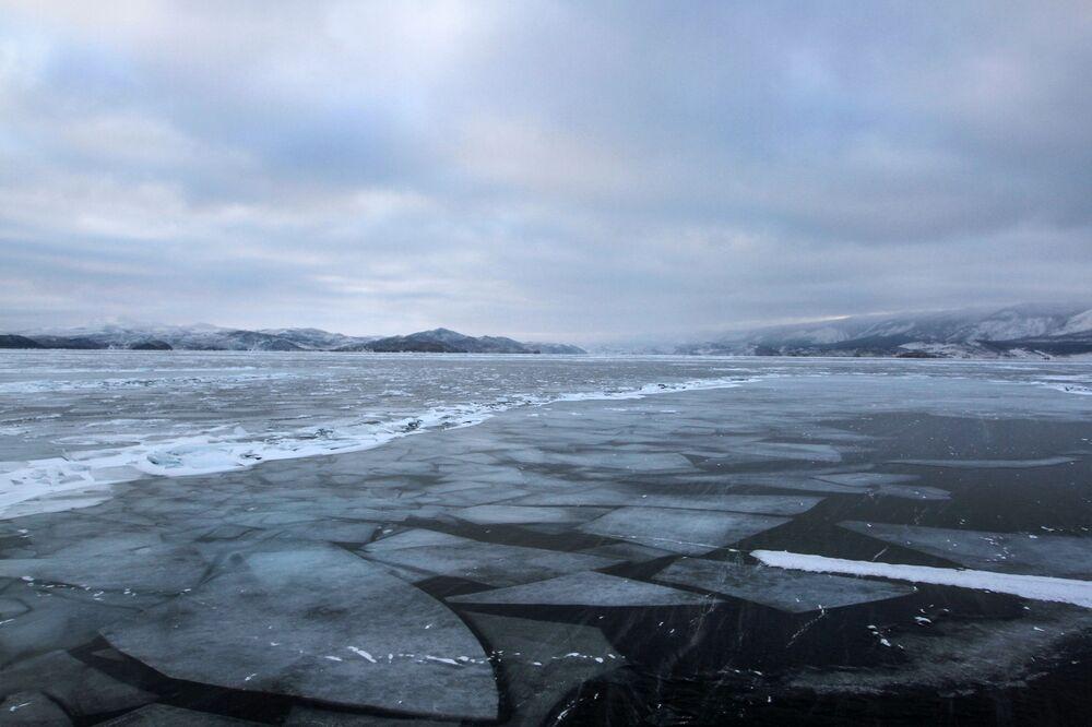 Baykal Gölü'nün kış manzaraları