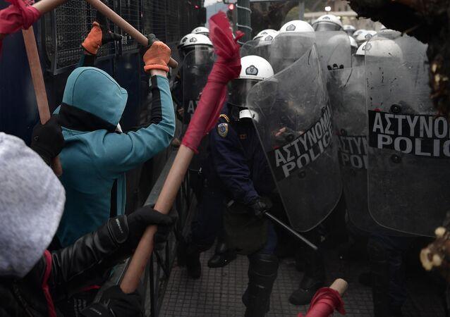 Yunanistan'da atama kriterlerinin değişmesini protesto eden öğretmenler ile polis arasında arbede çıktı
