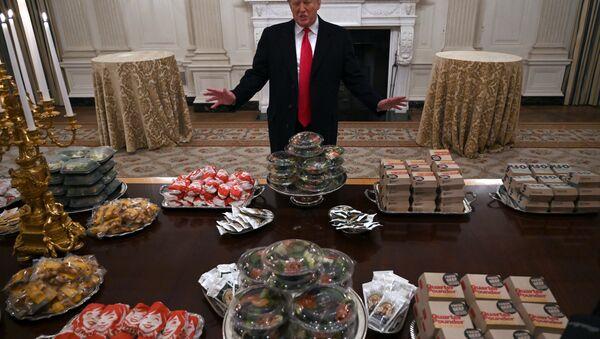 Trump, hükümetin kapanması nedeniyle konuklarına hamburger ısmarladı - Sputnik Türkiye