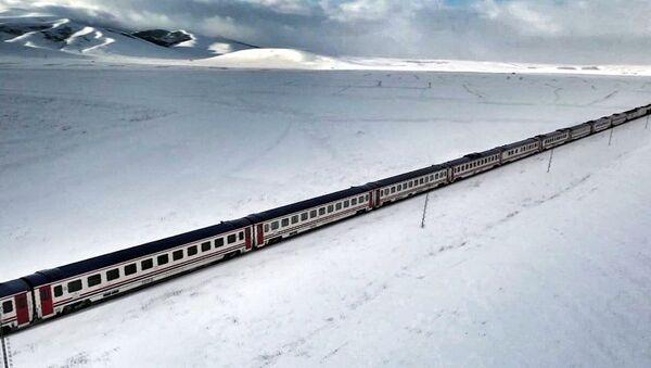 Karla bütünleşen Doğu Ekspresi havadan görüntülendi - Sputnik Türkiye
