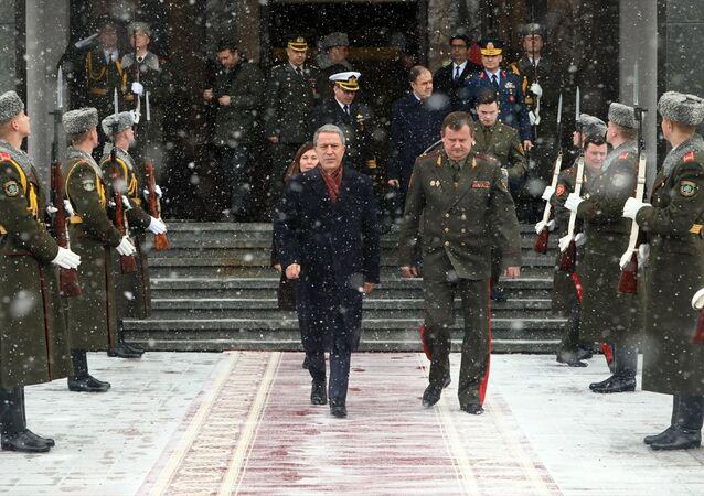 Milli Savunma Bakanı Hulusi Akar ve Belaruslu mevkidaşı Andrey Ravkov'un iki ülke bakanlıkları arasındaki işbirliğinin mevcut halini ve geleceğini görüştüğü belirtildi.