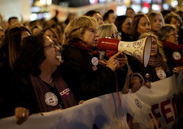 İspanya'da kadınlar aşırı sağcı Vox'a karşı meydanlara döküldü