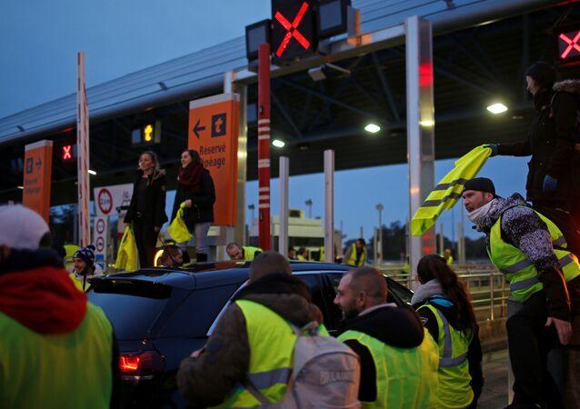 Fransa'da yol kesen Sarı Yelekler