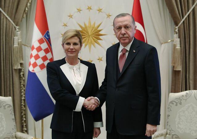 Cumhurbaşkanı Recep Tayyip Erdoğan, Hırvatistan Cumhurbaşkanı Kolinda Grabar Kitaroviç ile Türkiye-Hırvatistan ilişkilerini tüm boyutlarıyla değerlendirdiklerini belirtti.