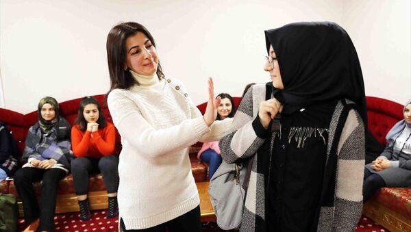 Bağcılar Belediyesi'nden hanımefendilik dersleri - Sputnik Türkiye