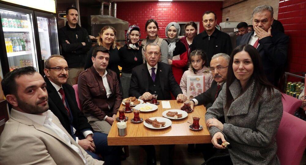 Cumhurbaşkanı Recep Tayyip Erdoğan vatandaşlarla simit yedi