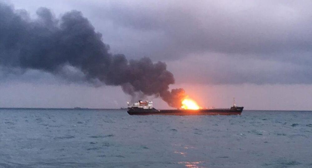 Kerç Boğazı'nda yanan 2 gemi