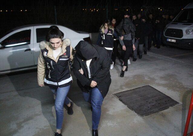 Adana'da okuma-yazma bilmeyen 78 kişiye ehliyet verdiler