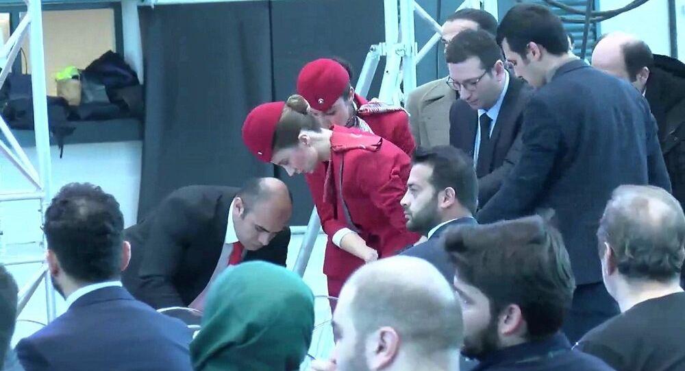 Bakan Turhan'ın konuşması sırasında bir hostes fenalaştı