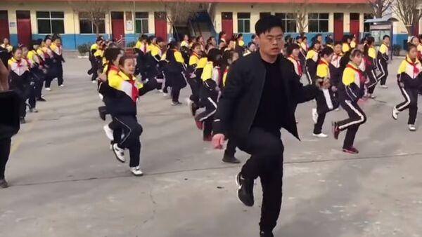 Çin'de öğrencileriyle dans eden okul müdürü - Sputnik Türkiye
