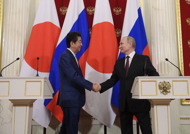 Russian President Putin, Japanese PM Abe Hold Joint Presser