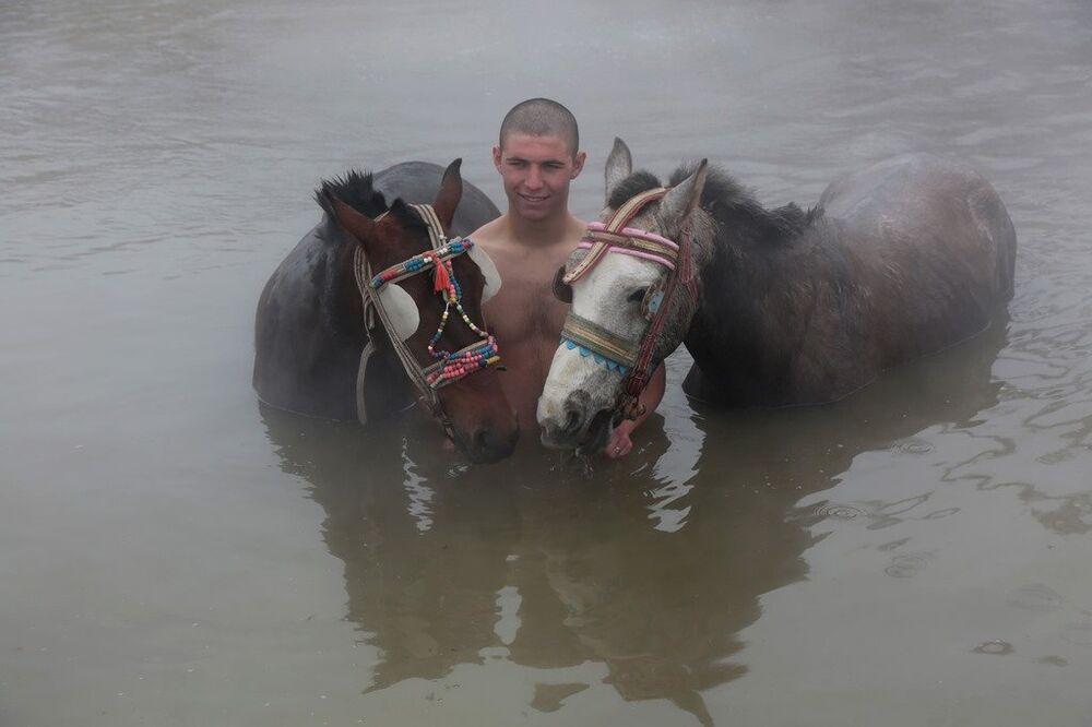 Dondurucu soğukta atlarıyla suya giren köylüler