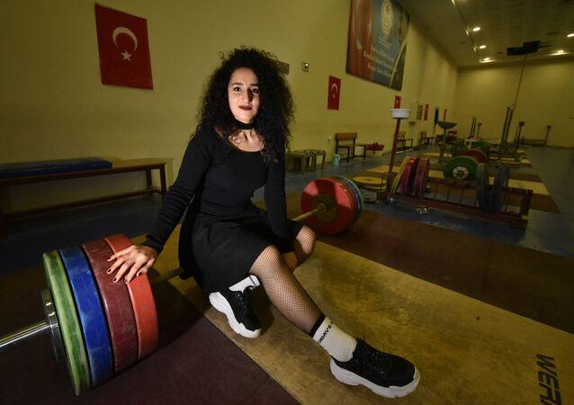 'Halter erkek sporu' diyenlere inat şampiyonluk istiyor: Podyuma çıkmadan makyaj yapıp, rujumu sürüyorum