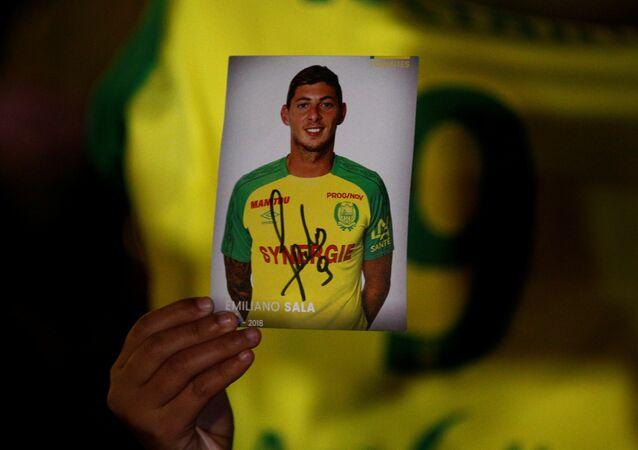 Fransa'da Nantes taraftarları, transfer olduğu Cardiff'e giderken uçağı kaybolan Arjantinli futbolcu Emiliano Sala için dua etmek üzere toplandı.