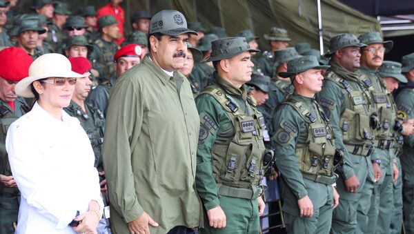 Venezuela's President Nicolas Maduro (2nd L) attends a military parade, as he is flanked by his wife Cilia Flores (L) and Venezuela's Defence Minister Vladimir Padrino Lopez (C), in Maracay, Venezuela September 26, 2017 - Sputnik Türkiye