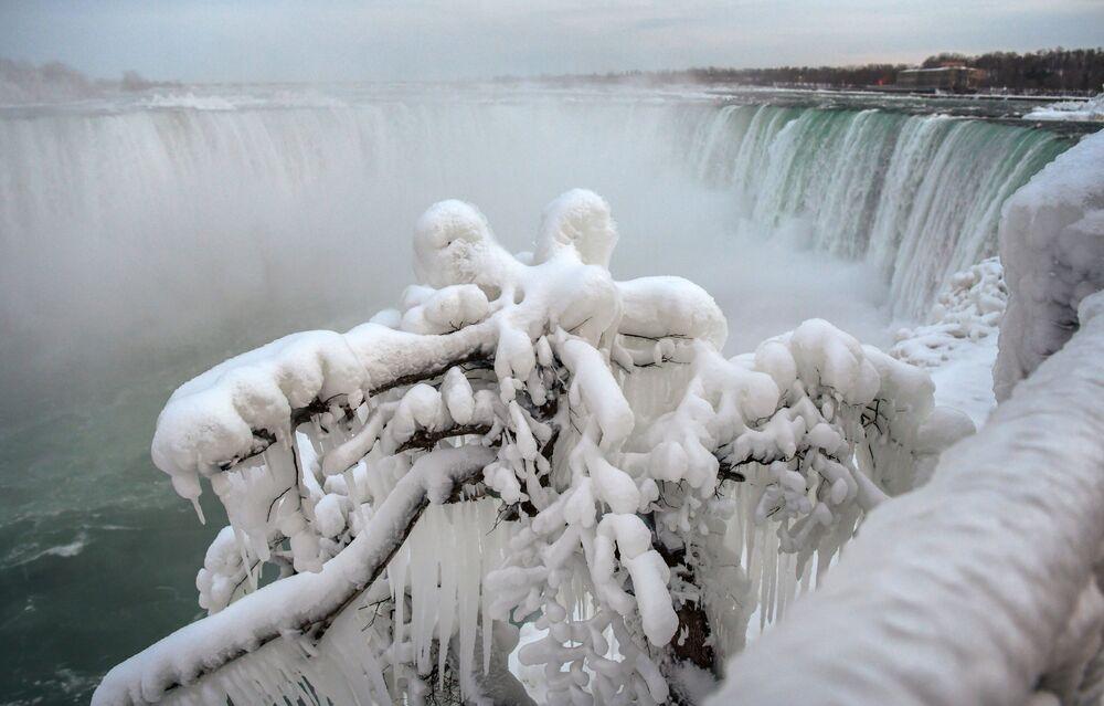 Buzla kaplı Niagara Şelalesi