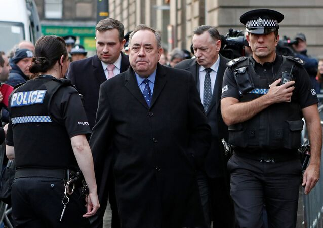 Edinburgh Sheriff Mahkemesi'nden çıkışta Alex Salmond