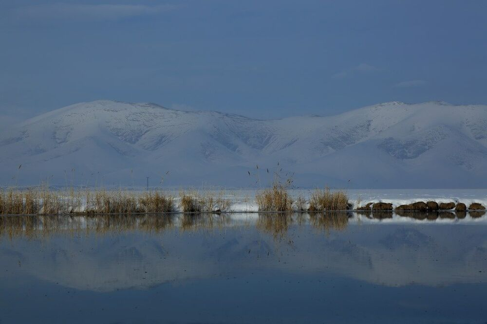 Van'ın Çaldıran İlçesi'nde dağların suya yansıması güzel görüntüler oluşturdu.