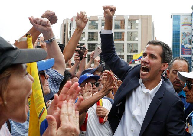 Juan Guaido, 23 Ocak'ta Caracas'ta Geçici Devlet Başkanı olarak yemin ettiği mitingde taraftarlarıyla birlikte