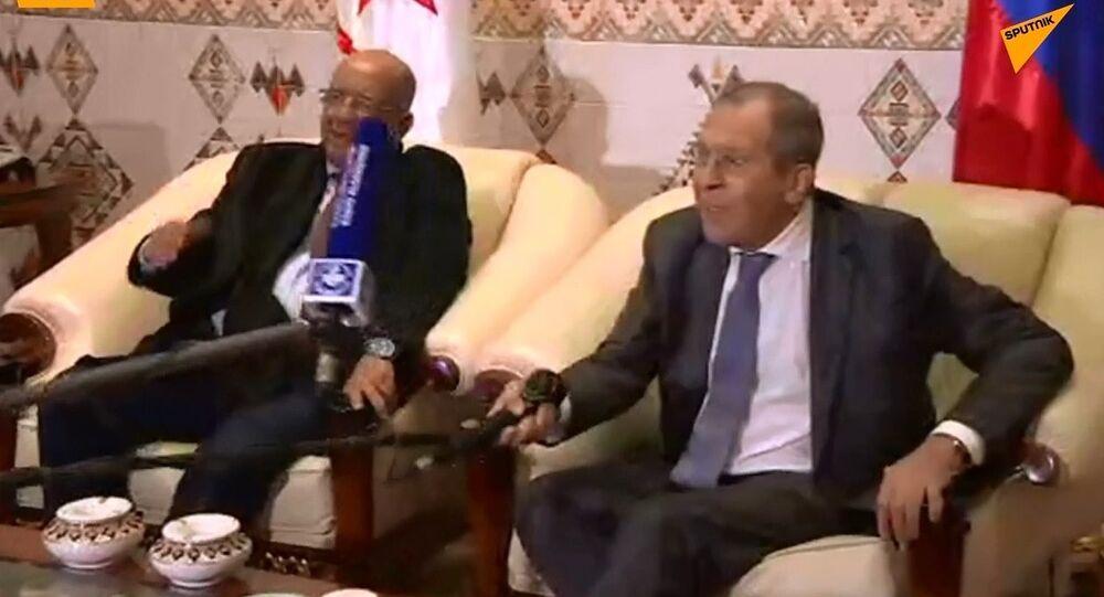 Lavrov, Cezayir'de mikrofonla 'tokalaştı'