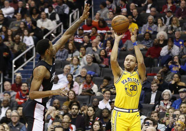 Wizards'dan Trevor Ariza ile Warriors'dan Stephen Curry karşı karşıya...