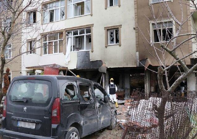Büyükçekmece'de sahte içki imalathanesi olduğu iddia edilen binada patlama: 3 yaralı