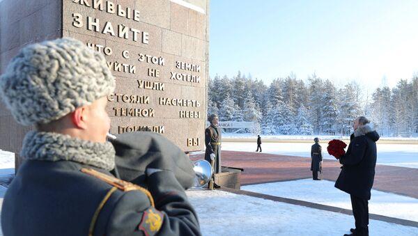 Putin, İkinci Dünya Savaşında Nazi birliklerinin 1941 yılında başlattığı ve neredeyse 900 gün boyunca süren Leningrad Kuşatması'nın kurbanları anısına Leningrad bölgesinde bulunan Piskaryovskiy Anıt Mezarı'na çiçek bıraktı. - Sputnik Türkiye
