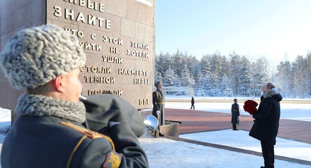 Putin, İkinci Dünya Savaşında Nazi birliklerinin 1941 yılında başlattığı ve neredeyse 900 gün boyunca süren Leningrad Kuşatması'nın kurbanları anısına Leningrad bölgesinde bulunan Piskaryovskiy Anıt Mezarı'na çiçek bıraktı.