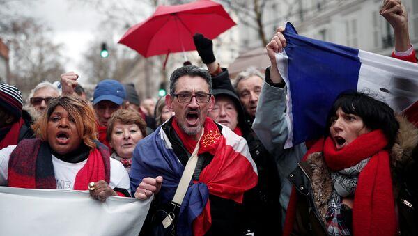 Fransa'nın başkenti Paris'te Sarı Yelekler'e karşı 'Kırmızı Fularlar' eylemi - Sputnik Türkiye