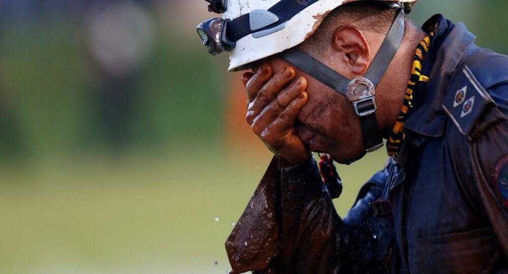 Brezilya'daki maden atık barajının çökmesi sonucu kaybolan kişilere ulaşmaya çalışan kurtarma ekibi mensubu