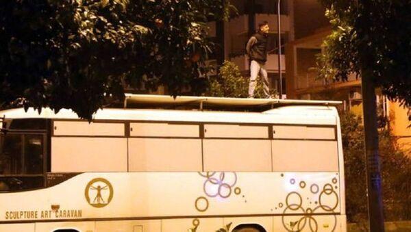 Adana'da bir kişi, midibüsün üzerine çıkıp bağırmaya başlayınca gözaltına alındı: Artist olmak için yaptım - Sputnik Türkiye