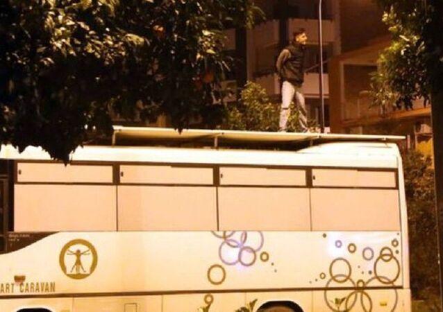 Adana'da bir kişi, midibüsün üzerine çıkıp bağırmaya başlayınca gözaltına alındı: Artist olmak için yaptım
