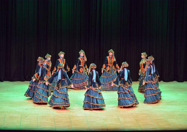 Dağıstan Devlet Akademik Halk Dansları Topluluğu Lezginka gösterisi