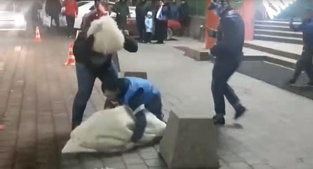Rusya'da bir adam, evleneceği kadını kaçırmaya çalışırken iki kez düştü