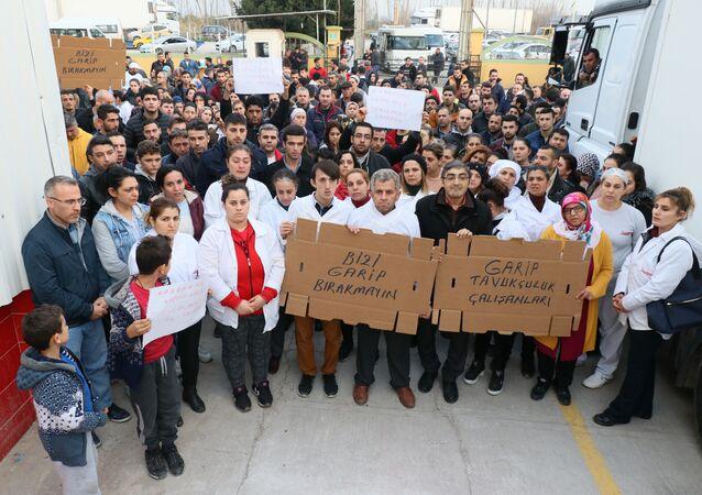 Garip Tavukçuluk'un üretim tesisi önünde eylem yapan işçiler