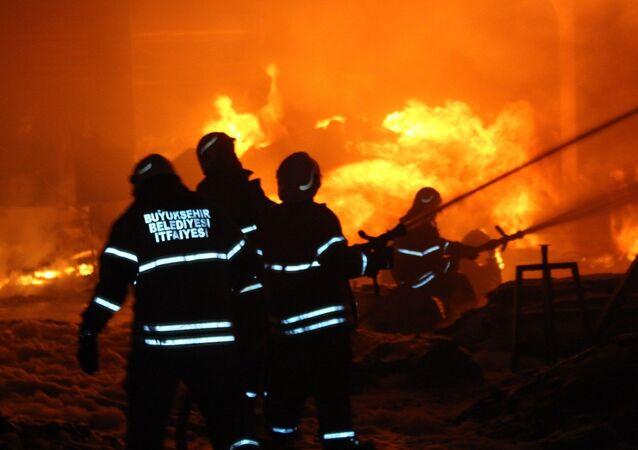 İzmir'in Menemen ilçesinde geri dönüşüm tesislerinde çıkan yangın, diğer fabrikalara sıçradı. Onlarca itfaiye ekibi yangına müdahale ediyor.