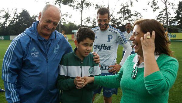 Palmeiras, Silvia Grecco ile 12 yaşındaki görme engelli oğlu Nickollas'ı antremanda ağırladı, teknik direktör  Luiz Felipe Scolari anne-oğulla özel olarak ilgilendi. - Sputnik Türkiye