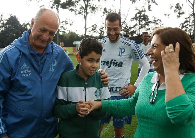 Palmeiras, Silvia Grecco ile 12 yaşındaki görme engelli oğlu Nickollas'ı antremanda ağırladı, teknik direktör  Luiz Felipe Scolari anne-oğulla özel olarak ilgilendi.